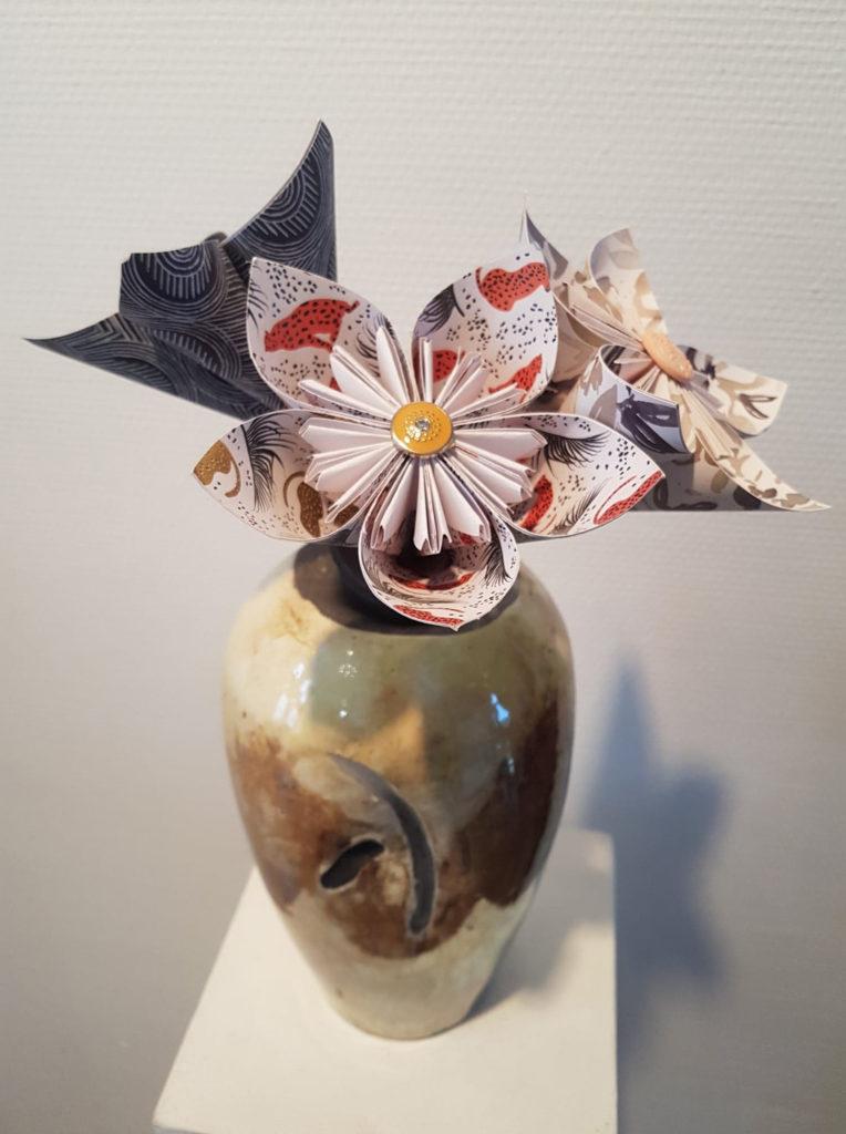 vase en terre cuisson raku et realisation art décoratifs fleur papier